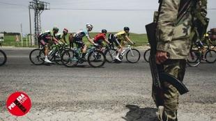 Eric Valiente marcha en el pelotón durante la disputa del Tour de...