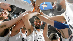 Mirotic en el centro de un corrillo con el Real Madrid