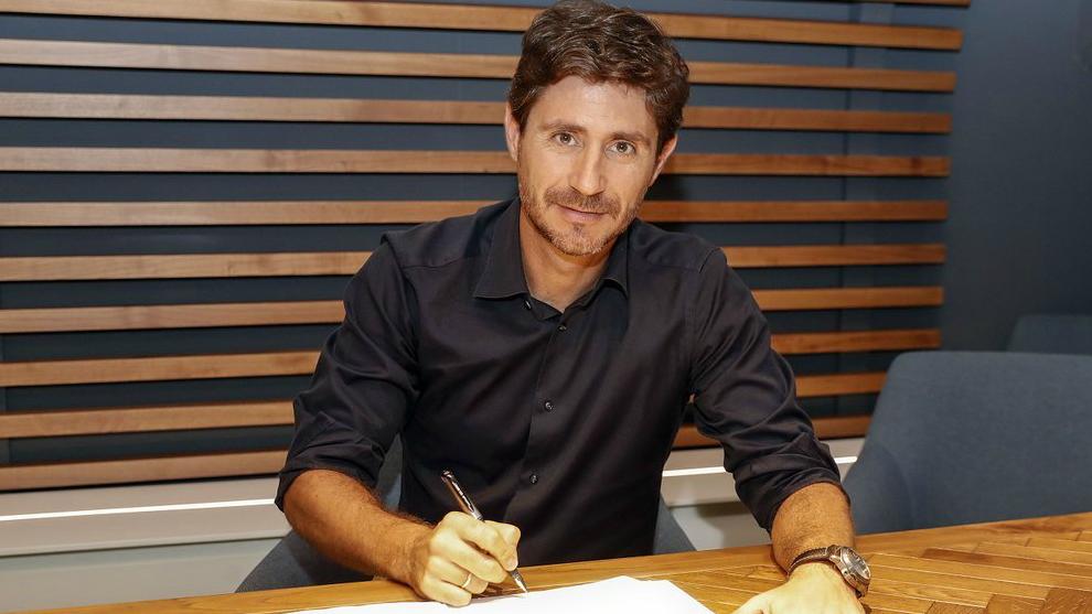 Victor Sánchez firmando su nuevo contrato con el conjunto malacitano