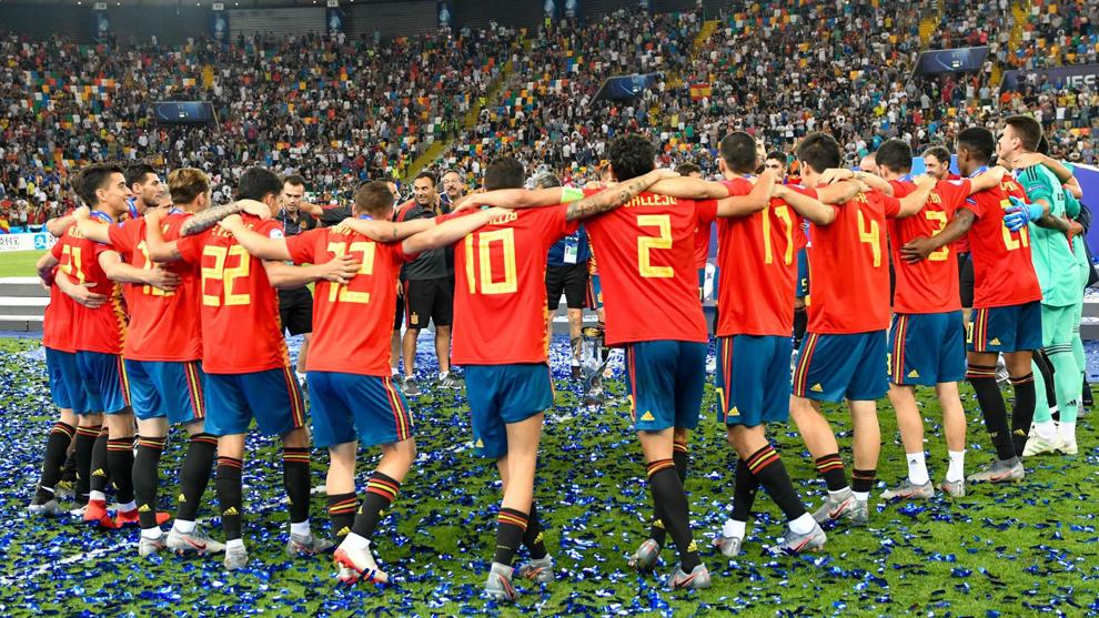 Los 23 campeones de Europa sub 21 celebran el título logrado en Udine