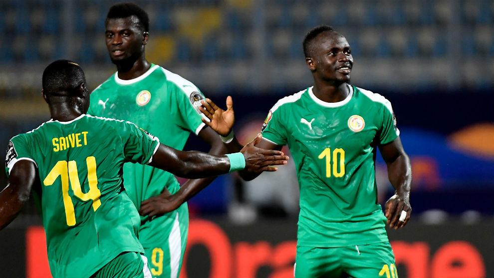 Sadio Mané (27) celebra uno de sus goles con los compañeros.