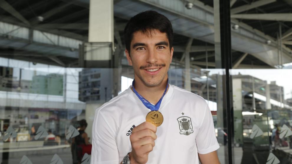 Carlos Soler enseña la medalla a su llegada a Valencia.