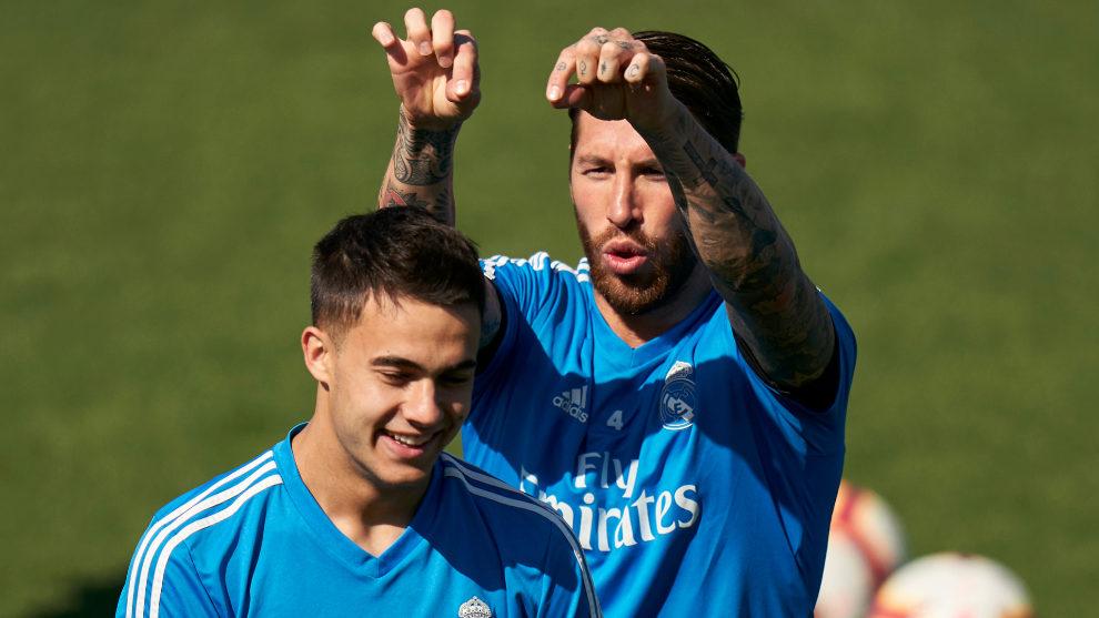 Sergio Ramos bromea con Reguilón.