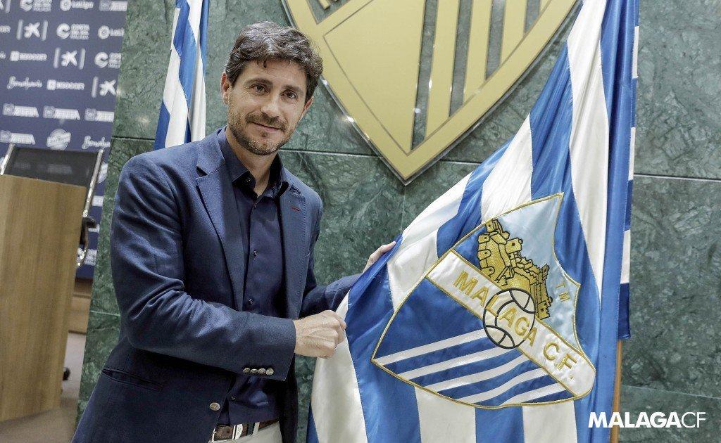 Víctor Sánchez, junto a la bandera del Málaga tras renovar su...