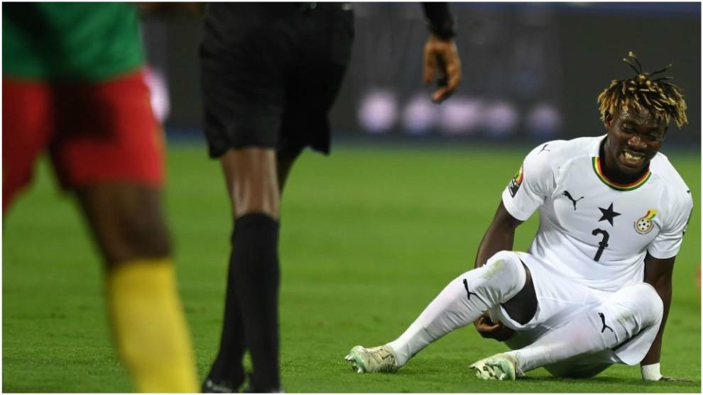 Atsu se duele tras caer lesionado contra Camerún.