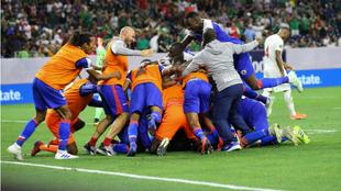 Los futbolistas de Haití celebran uno de los goles ante Canadá