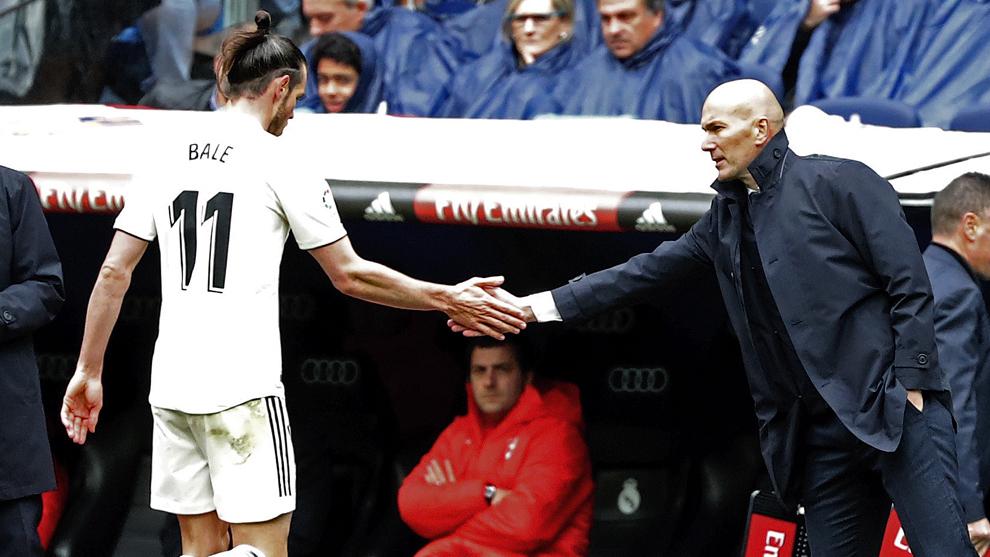 Bale y Zidane se saludan durante un partido de la pasada temporada.