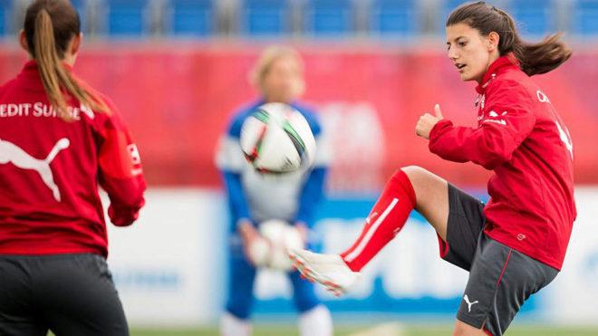 Florijana Ismaili, en un entrenamiento con la selección suiza en el...