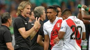 Gareca da instrucciones a los jugadores de Perú.