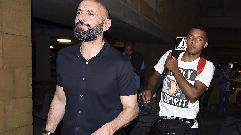 Koundé, junto a Monchi, a su llegada a Sevilla