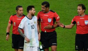 Messi discutiendo con los árbitros de la semifinal ante Brasil.