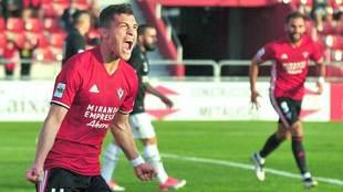 Yanis celebra un gol esta temporada con el Mirandés, con el que...