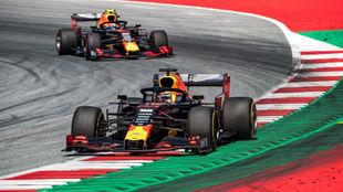 Verstappen por delante de Gasly, en el inicio del GP de Austria, donde...