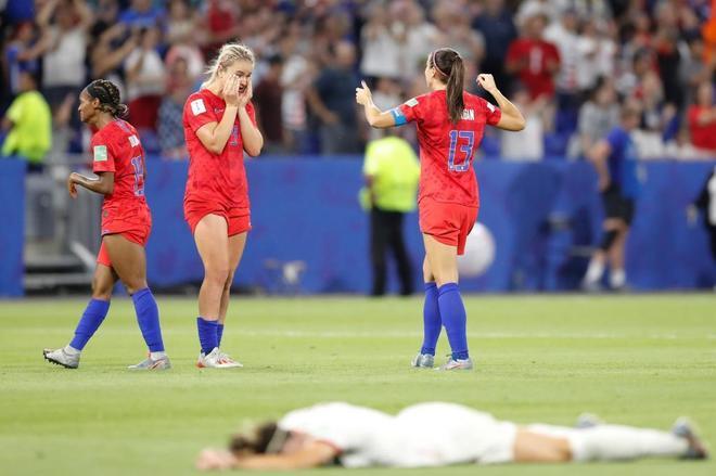 Las jugadoras de EEUU celebran su pase a la final frente a la tristeza...