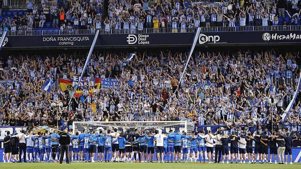 Los jugadores del Málaga al completo se despiden de su afición tras...