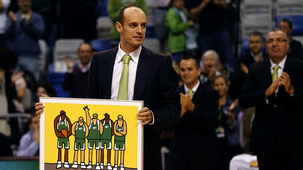 Carlos Jiménez muestra un cuadro que le entregaron en un homenaje