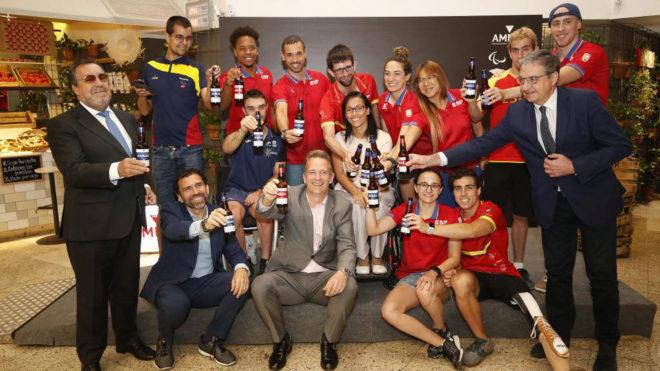 Los deportistas paralímpicos brindan con Cervezas Ambar.