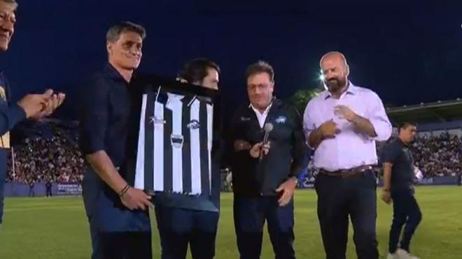 Míchel recibe un homenaje en la derrota de Pumas ante Celaya.