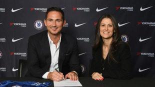 Lampard estampando su firma como entrenador del Chelsea junto a Marina...