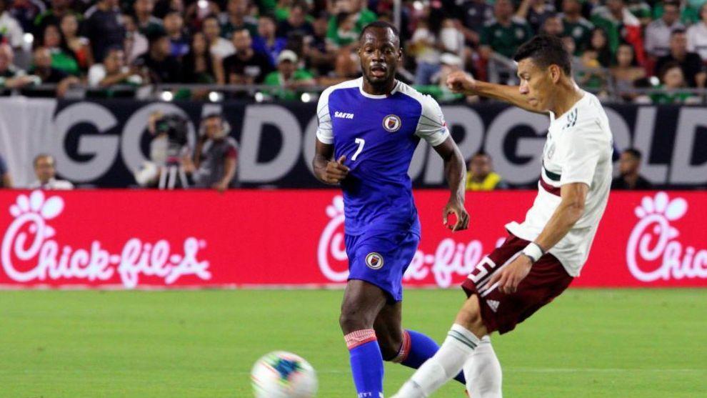 Héctor Moreno golpea el balón ante Haití, en su partido 100 con...