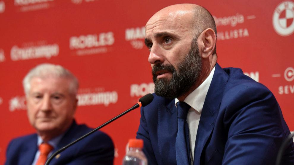 Monchi, junto a Gabriel Ramos en la rueda de prensa.