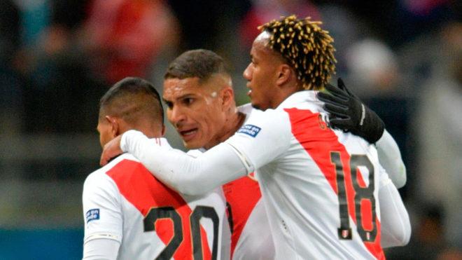 Edison Flores celebra con Paolo Guerrero y André Carrillo su gol ante...