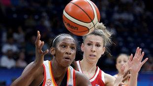Astou Ndour atrapa el balón en presencia de Beliakova