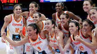 Las jugadoras de la Selección Española celebran el triunfo ante...