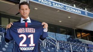 Ander Herrera posa con la camiseta del PSG.