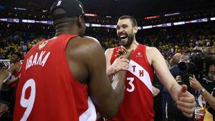 Marc Gasol y Serge Ibaka celebran el campeonato de la NBA