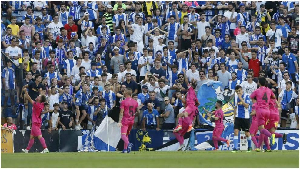 Los jugadores de la Ponferradina celebrando la victoria en el Rico...