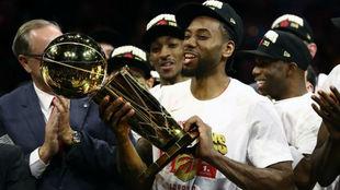 Kawhi Leonard levanta el título de campeones de la NBA conquistado...