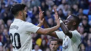 Asensio y Vinícius celebran un gol con el Madrid