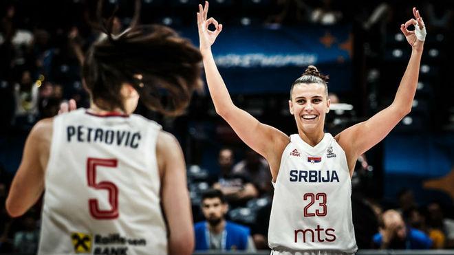 Ana Dabovic celebra uno de sus triples ante Suecia