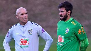 Alisson junto a Taffarel, actual entrenador de porteros de Brasil