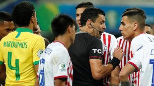 El chileno Roberto Tobar pitó el Brasil-Paraguay de cuartos de final
