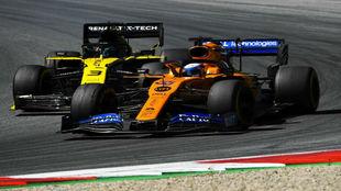 Sainz y Ricciardo, durante una de sus intensas luchas de 2019, donde...