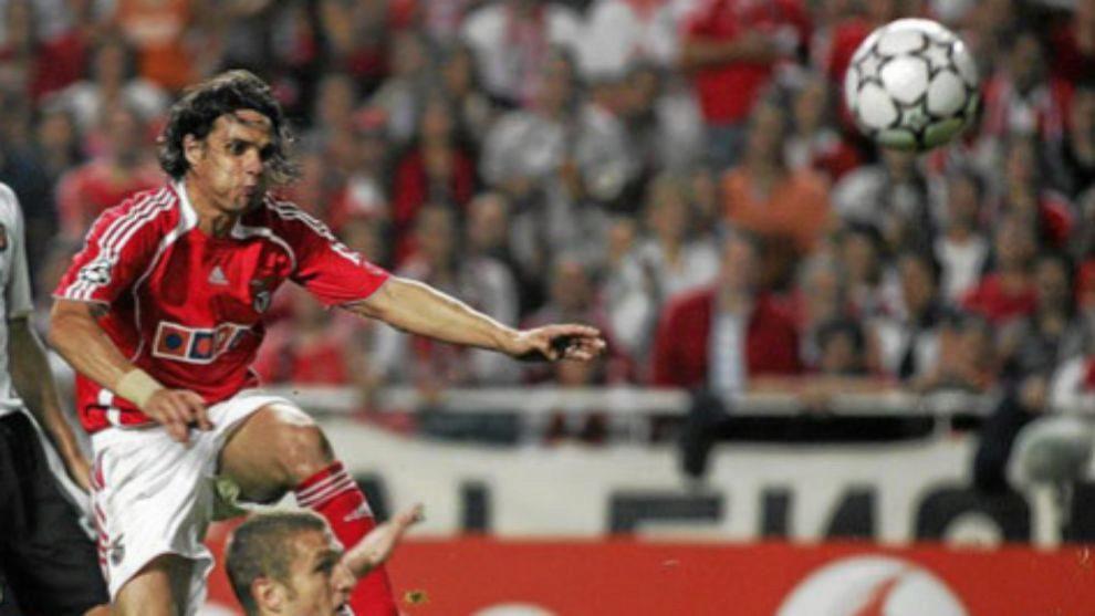 Nuno Gomes durante un partido con el Benfica