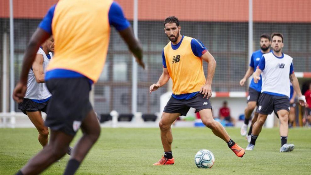 Raúl ataca el balón durante uno de los ejercicios.