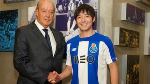 Shoya Nakajima (24), con el presidente del Oporto, Pinto da Costa...