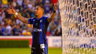 El delantero celebrando un gol en La Corregidora.