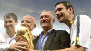 Dupont, a la izquierda de Deschamps, junto a la Copa del Mundo