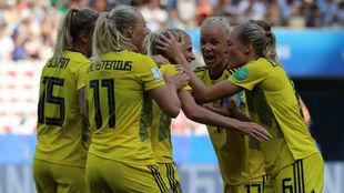 Las jugadoras suecas celebran un gol ante Inglaterra en Niza.