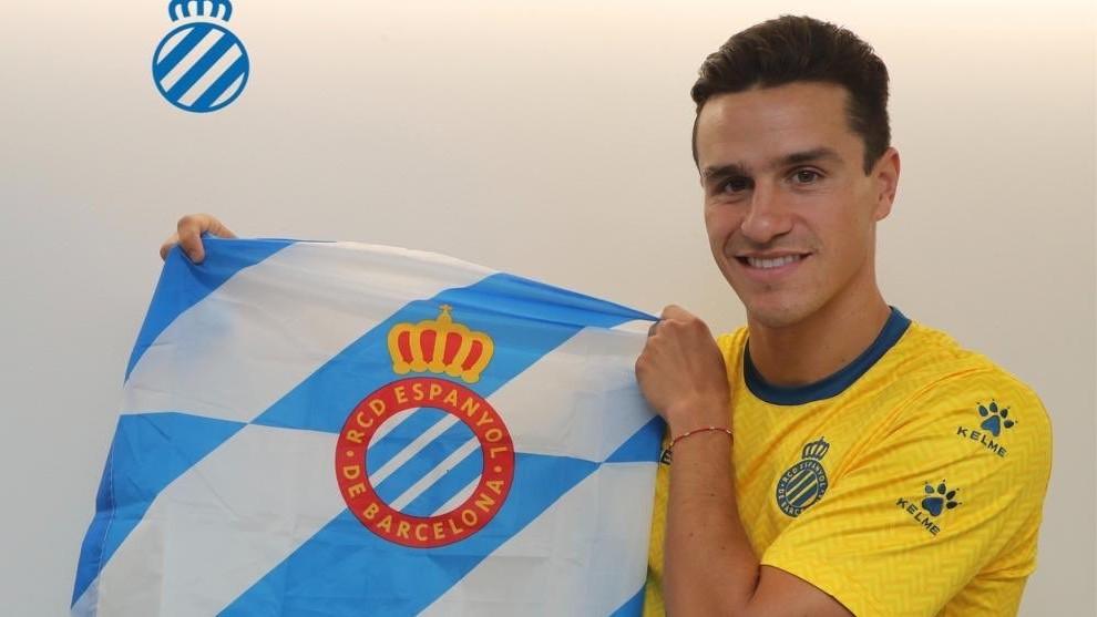 Bernardo posa con la bandera del Espanyol