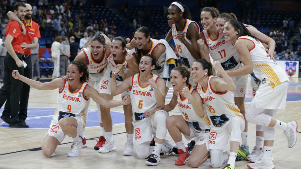La Selección Española celebra el triunfo contra Serbia