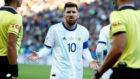 Messi protesta ante los árbitros.