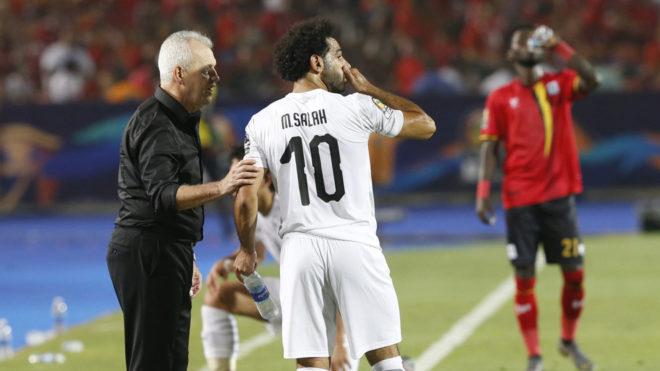 Aguirre dando indicaciones a Mohamed Salah.