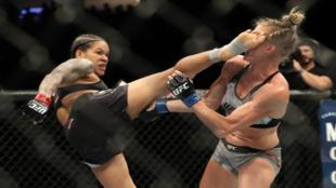 La 'Leona' brasileña acierta el golpe preferido de Holm...