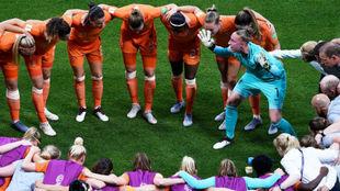 Las jugadoras de Países Bajos hacen piña antes de la semifinal ante...