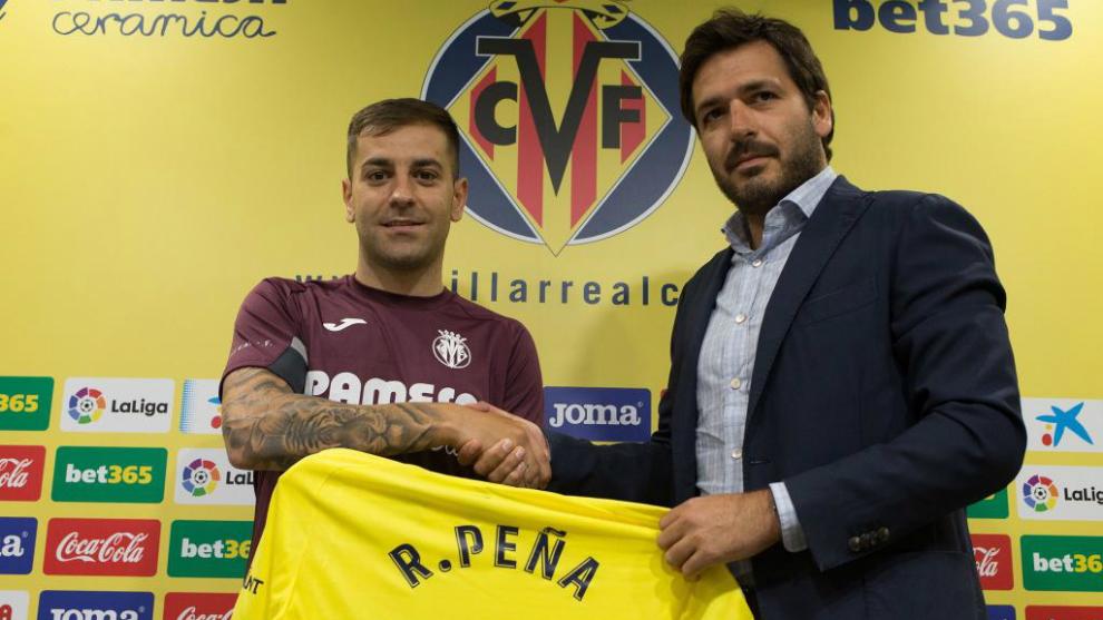 Rubén Peña junto al consejero delegado del Villareal, Fernando Roig.